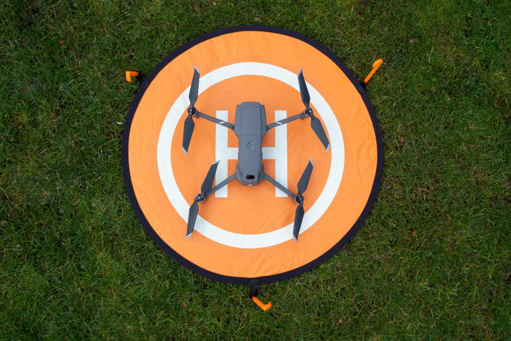 Größenvergleich: Landeplatz M 75cm mit DJI Mavic Pro 2 Drohne