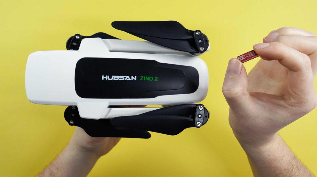 Die Hubsan Zino 2 wiegt 929 g. Deshalb ist eine Drohnen-Plakette Pflicht.